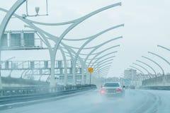 Construção e estrada urbanas modernas com carros quarto residencial moderno da cidade Fotografia de Stock Royalty Free
