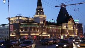 A construção e a noite da estação de trem de Yaroslavsky traficam, Moscou, Rússia-- é uma de nove estações de trem principais em  video estoque