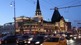A construção e a noite da estação de trem de Yaroslavsky traficam, Moscou, Rússia filme