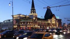 A construção e a noite da estação de trem de Yaroslavsky traficam, Moscou, Rússia video estoque