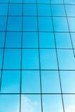 Construção e nuvem de vidro Foto de Stock