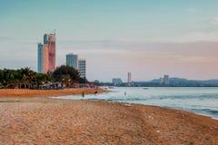 Construção e praia agradável do por do sol Fotografia de Stock