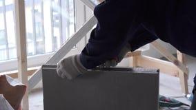 Construção e reparo - a instalação de uma separação do interroom dos blocos do língua-e-sulco vídeos de arquivo