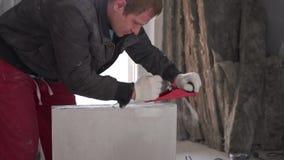 Construção e reparo - a instalação de uma separação do interroom dos blocos do língua-e-sulco filme