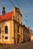 Construção e rua velhas com trilhas Fotografia de Stock