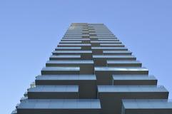 Construção em Milão com céu azul fotos de stock