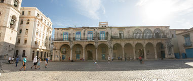 Construção em Plaza de la Catedral em Havana velho, Cuba fotografia de stock