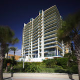Construção em um céu azul Fotografia de Stock Royalty Free