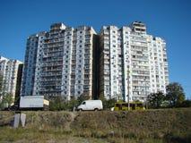 A construção em um distrito residencial Imagens de Stock Royalty Free