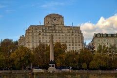 Construção em Victoria Embankment, agulha do ` s de Cleopatra - Londres foto de stock