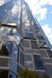 Construção espelhada contra o céu Fotos de Stock Royalty Free
