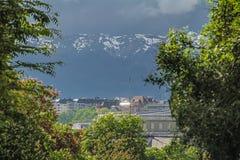 A construção está perto das montanhas com neve Imagens de Stock