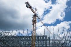 A construção está sendo construída com uso do guindaste de torre fotografia de stock