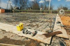 A construção está sob a construção com fundação nova após a estrutura de derramamento e de fatura concreta do metal do reforço imagem de stock