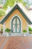 Construção europeia do estilo no templo de Niwet Thammaprawat Foto de Stock