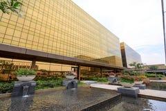 Construção exterior dourada do hotel de Nobu na cidade dos sonhos em Manila Imagens de Stock