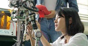 Construção fêmea do engenheiro eletrónico, testes, robótica da fixação no laboratório