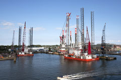 Construção fora das plataformas da costa Imagens de Stock Royalty Free