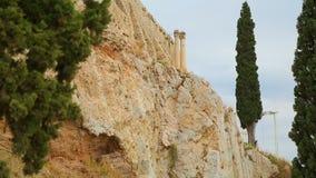 Construção fortificada antiga no afloramento rochoso, sobras de colunas antigas video estoque
