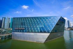 A construção futurista da loja de Louis Vuitton em Marina Bay Fro fotografia de stock royalty free
