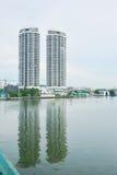 Construção gêmea do beira-rio Foto de Stock Royalty Free