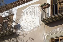 Construção grande da fachada do relógio de sol em Mataro, Espanha foto de stock royalty free