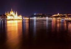 Construção húngara do parlamento como visto de Margit Hid na noite Fotografia de Stock Royalty Free