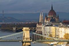 A construção húngara do parlamento e a ponte Chain Foto de Stock Royalty Free