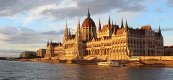 A construção húngara do parlamento no banco de Danube River exposto aos raios do sol do grupo do sol com o céu no fundo fotos de stock