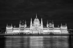 Construção húngara do parlamento do outro lado do Danúbio fotos de stock