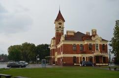A construção histórica da estação de trem na cidade de MarijampolÄ-, Lituânia fotografia de stock
