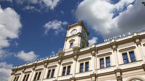 Construção histórica da fachada da estação de trem escrita estação de trem de Leningradsky Leningradsky no russo -- Moscou, Rússi filme