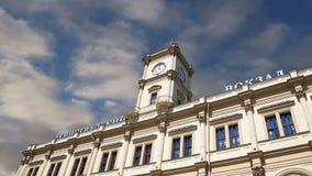 Construção histórica da fachada da estação de trem escrita estação de trem de Leningradsky Leningradsky no russo, Moscou, Rússia vídeos de arquivo