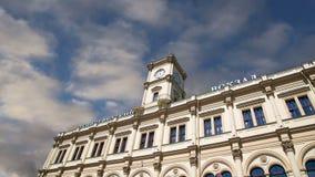 Construção histórica da fachada da estação de trem de Leningradsky Moscovo, Rússia vídeos de arquivo