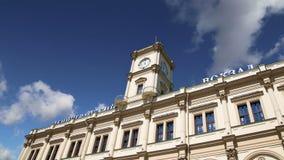 Construção histórica da fachada da estação de trem de Leningradsky Moscovo, Rússia filme