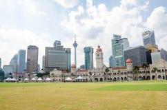 A construção histórica de Bdul Samad e o vário banco elevam-se ao longo do quadrado de Merdeka no coração de Kuala Lumpur Imagem de Stock Royalty Free
