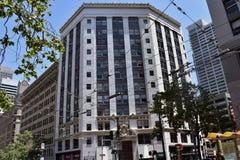 A construção histórica de Hearst no canto mesmo do terceiro e em ruas do mercado Foto de Stock Royalty Free