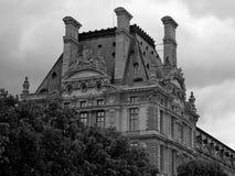 Construção histórica de Paris sob céus nebulosos Fotos de Stock Royalty Free