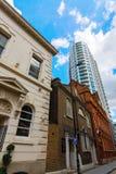 Construção histórica e arranha-céus em Aldgate, Londres, Reino Unido fotografia de stock
