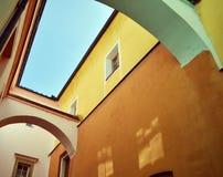 Construção histórica - janelas Fotos de Stock Royalty Free