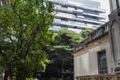Construção histórica rústica contrariamente à construção moderna em Sao Paulo, Brasil imagens de stock