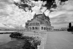Construção histórica velha de Romênia Europa do casino de Constanta em preto e branco fotografia de stock