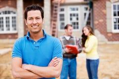 Construção: Homem no local home novo Foto de Stock Royalty Free