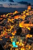 Construção iluminada acima após o por do sol em Santorini foto de stock