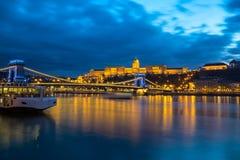 Construção iluminada de Buda Castle e da ponte Chain na noite em Budapest Fotografia de Stock Royalty Free