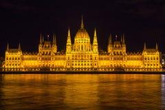 Construção iluminada durante a noite, Hungria do parlamento de Budapest, Europa Imagens de Stock Royalty Free