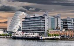 A construção inclinado em Dublin fotos de stock