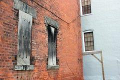 Construção industrial abandonada velha da fábrica do tijolo imagem de stock