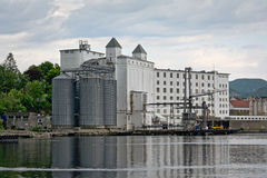 Construção industrial com silo no porto da tau imagens de stock royalty free