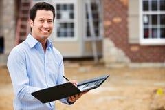 Construção: Mediador imobiliário alegre fotos de stock royalty free